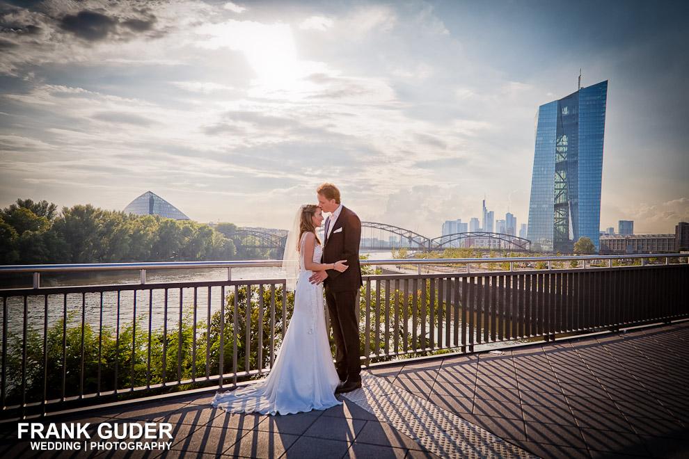 Brautpaar im Osthafen Frankfurt mit EZB im Hintergrund