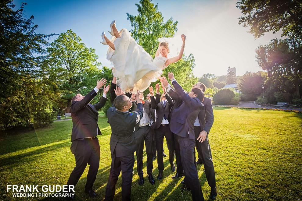 Braut wird hochgeworfen