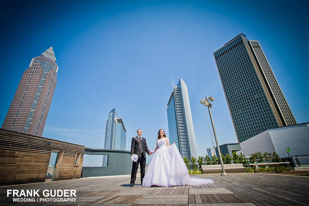 Brautpaar vor Skyline Frankfurt