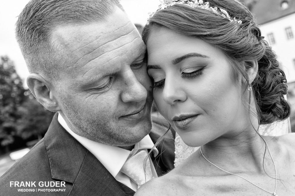 Brautpaar hat Köpfe aneinander gelegt
