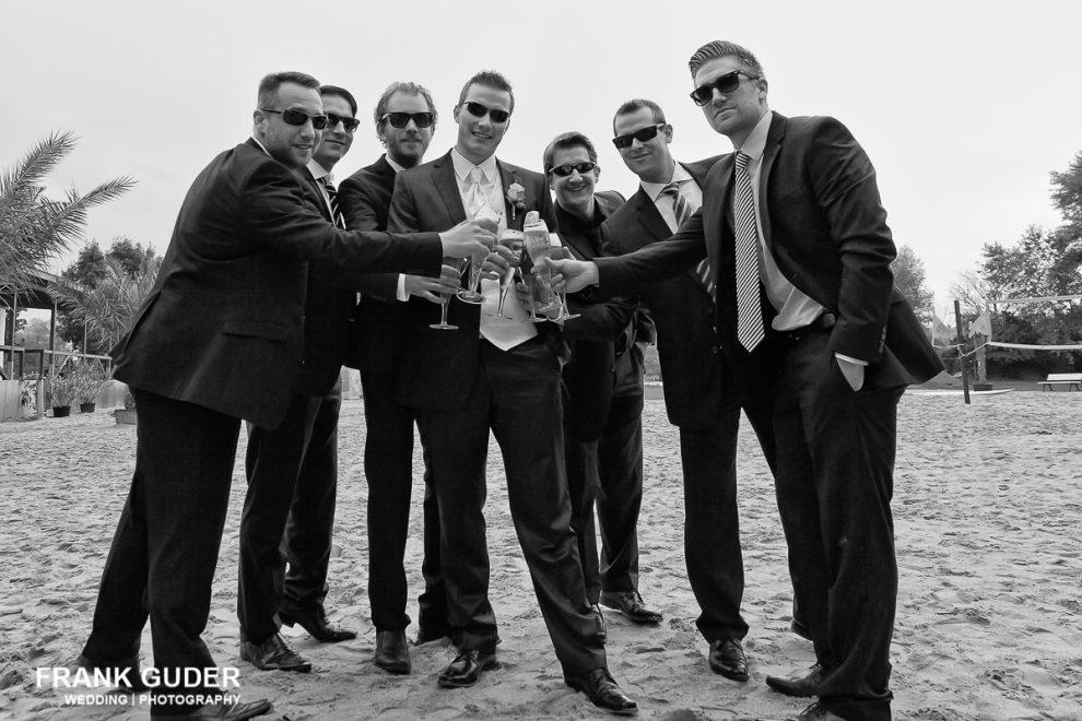 Hochzeitsgäste prosten sich zu