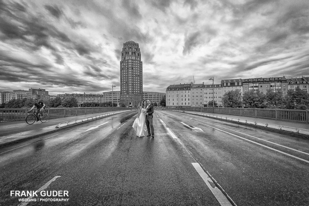 Brautpaar steht auf einer Brücke in Frankfurt