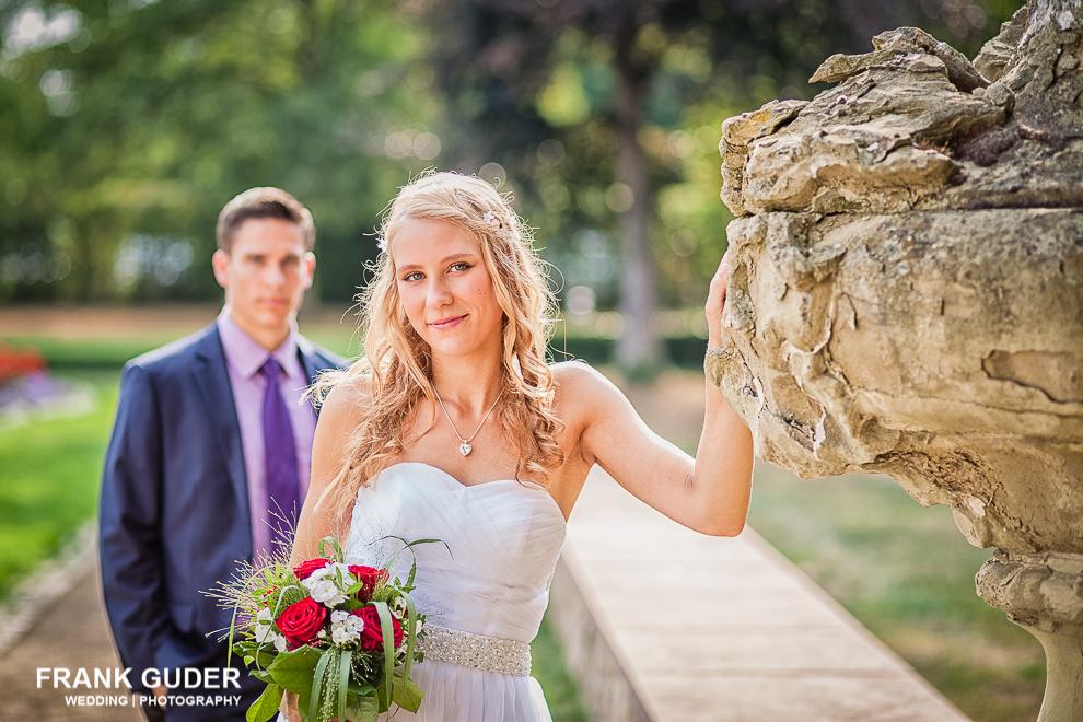 Braut lehnt am Stein