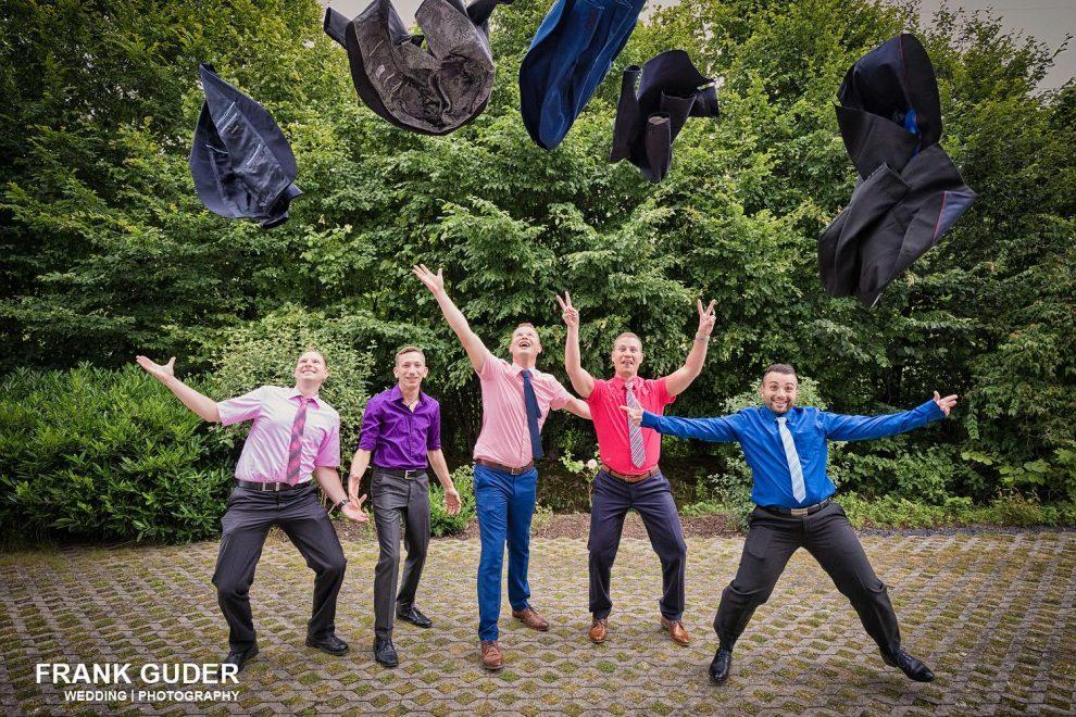 Hochzeitsgäste werfen Jacken hoch