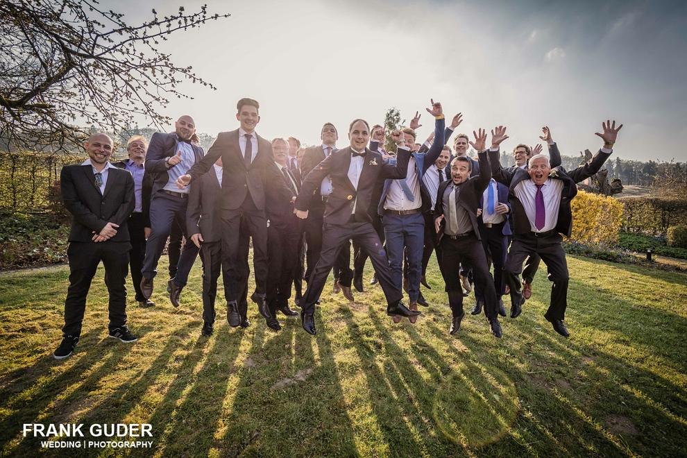 Hochzeitsgäste springen hoch