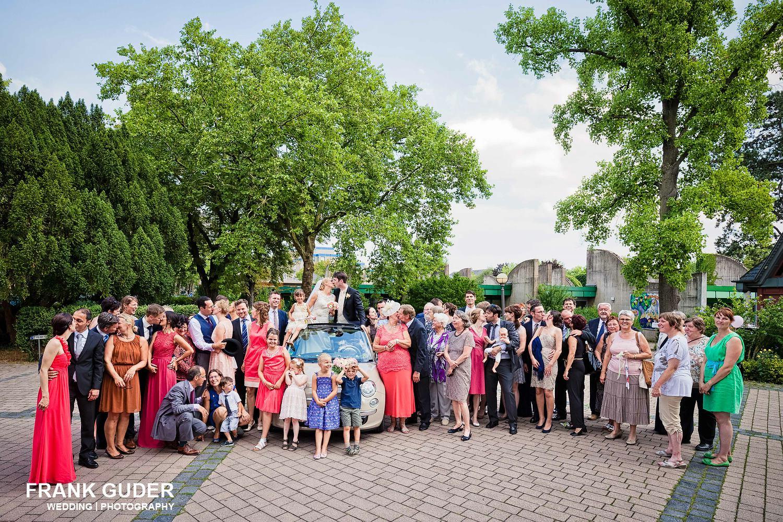 Gruppenbild Brautpaar mit Gästen