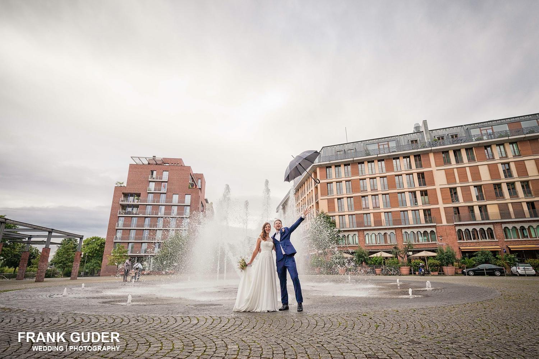 Brautpaar wirft einen Regenschirm