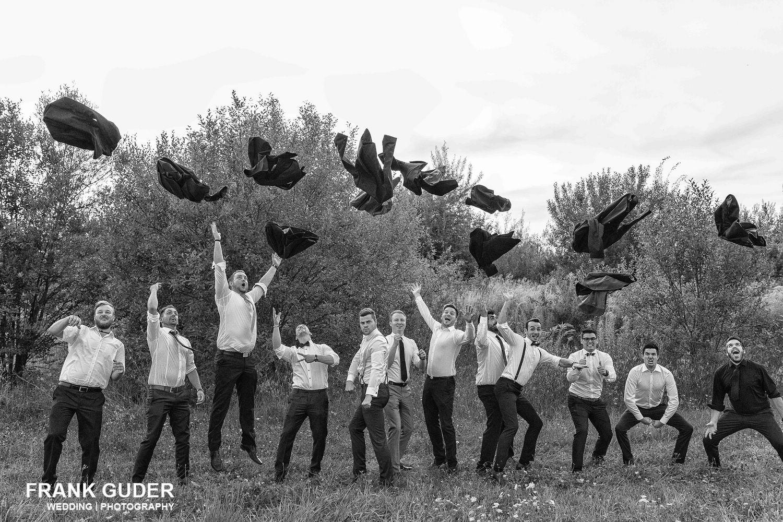 Hochzeitsgäste werfen Jacken