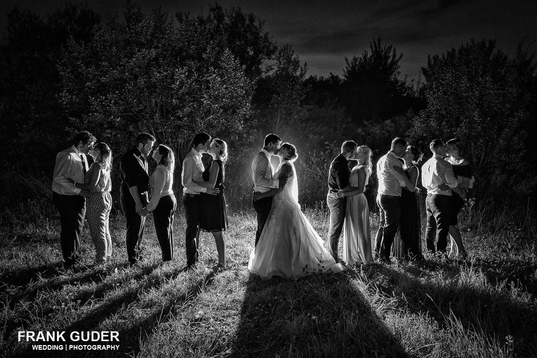 Gruppenbild Brautpaar mit Gästen im dunkeln