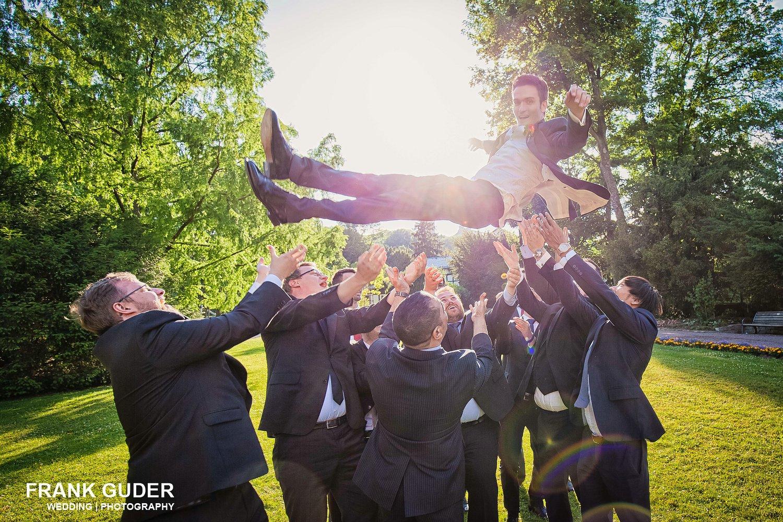 Bräutigam wird hochgeworfen