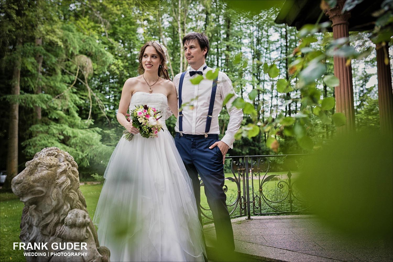 Brautpaar steht im Grünen