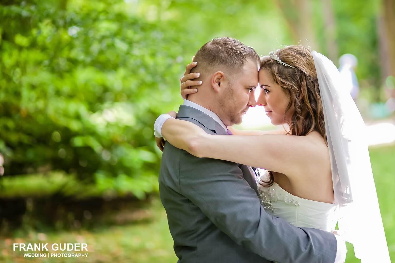 Brautpaar umarmt sich