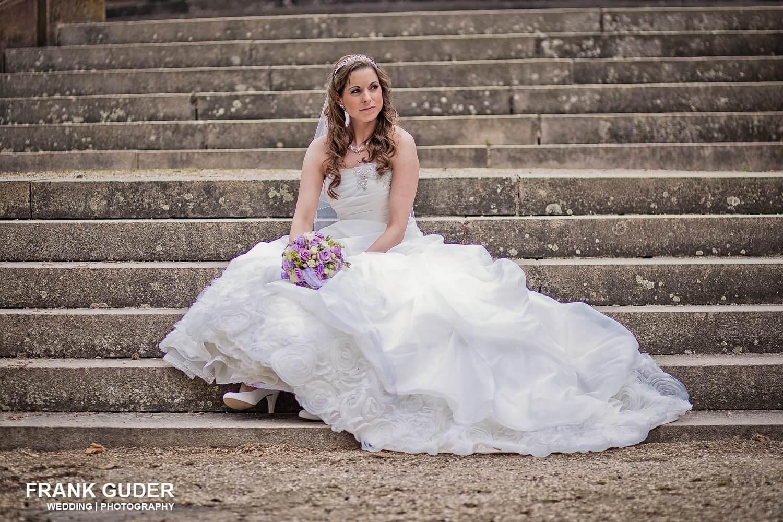 Braut sitzt auf Treppe